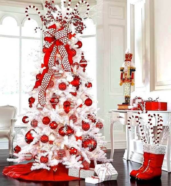 White and red Christmas tree enchants the decor of the environment