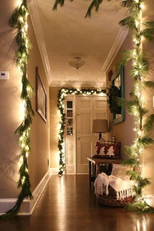 house decorated with Christmas lights and green branches Foto Pinterest