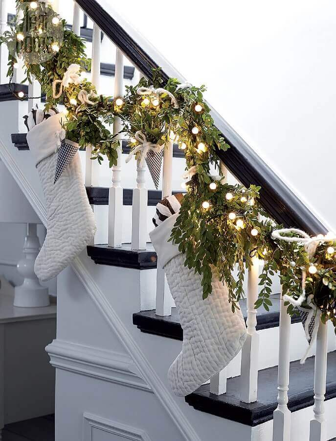Decorated staircase with Christmas lights and white boots Foto The Grad