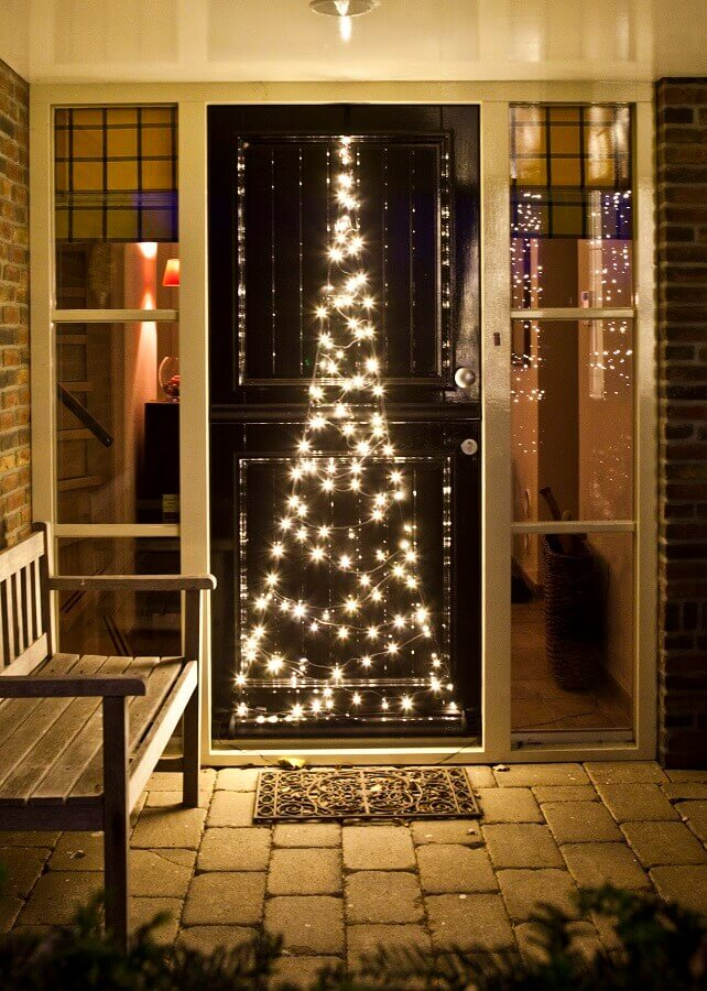 door decorated with Christmas lights Foto Intratuin