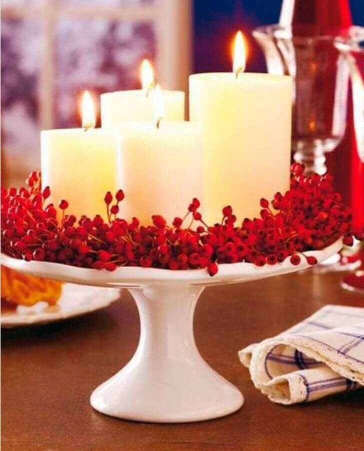 Idea of Christmas decorations with candles and small red flowers Photo Recycle and Decorate