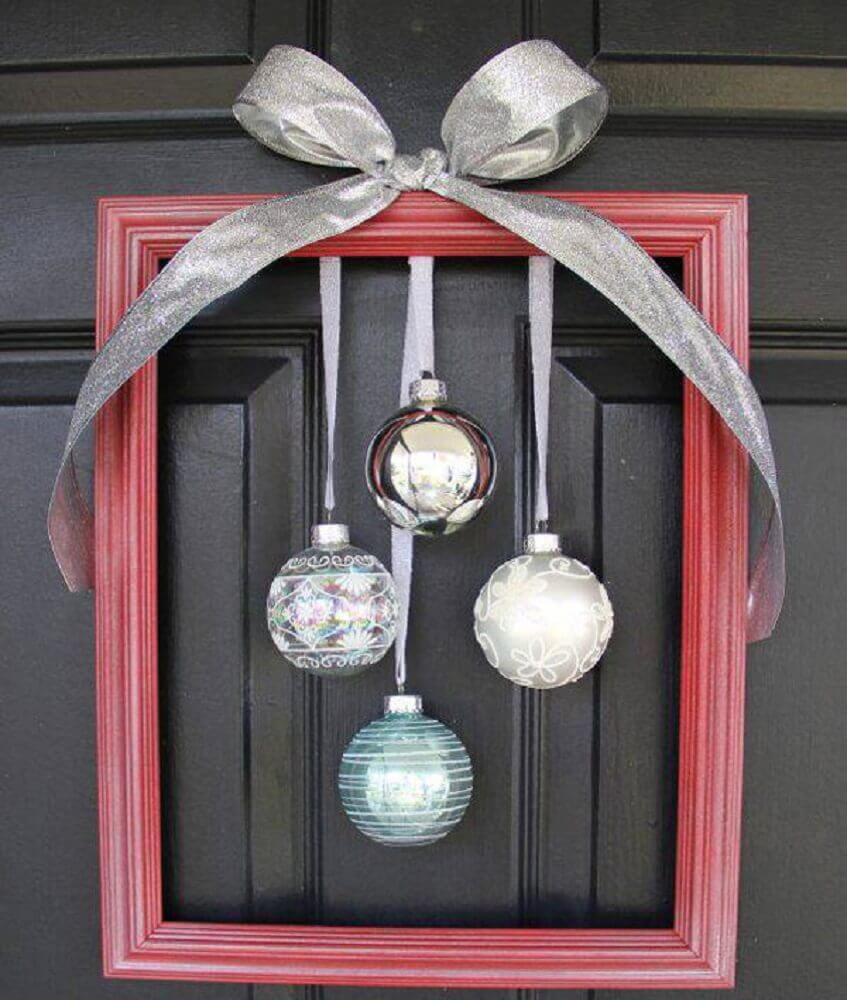 There are also simpler models of Christmas door decorations