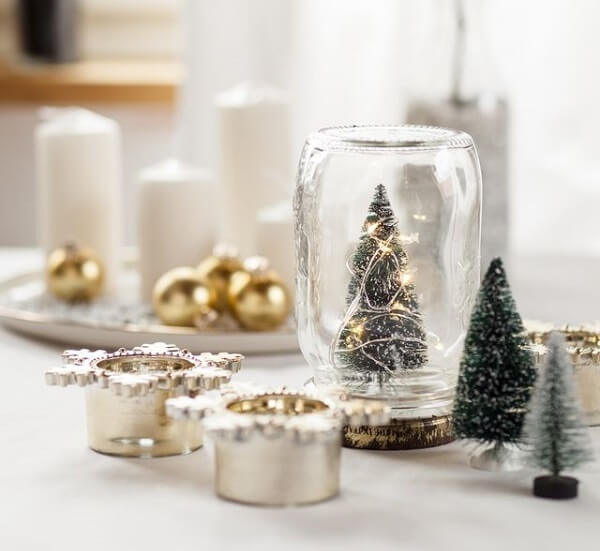 Christmas decorations enchant the decor of the center of the table