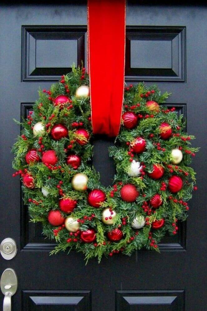 The traditional models of Christmas garlands give a super special touch to the decoration of the front of the house