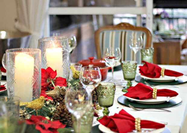 Christmas dinner table with shades of red, green and gold Photo from Daqui Dali