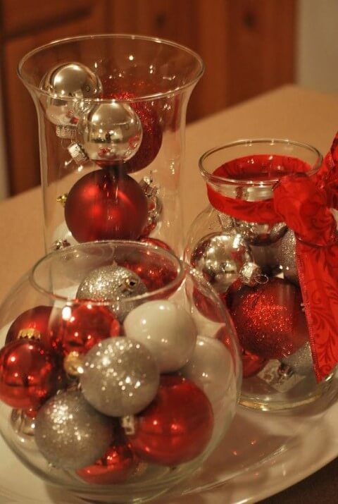 Glass bowls with Christmas balls as decorations for the Christmas dinner table Photo by DIY Projects