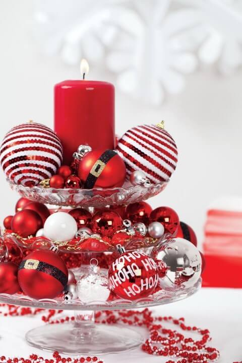 Table centre with various Christmas balls for Christmas dinner Photo by Pinterest