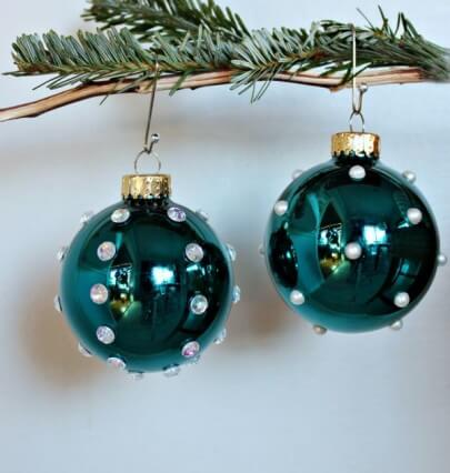 blue Christmas balls with perolasdiy-globe