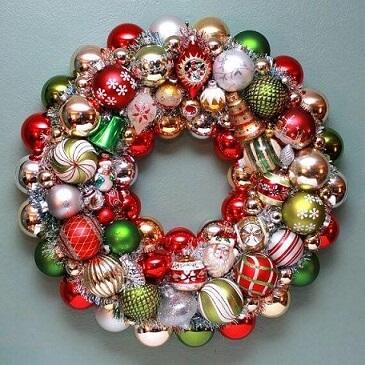 Christmas balls in guirlanda Photo by Happy Holidays Blog