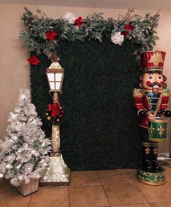 Green and red Christmas panel