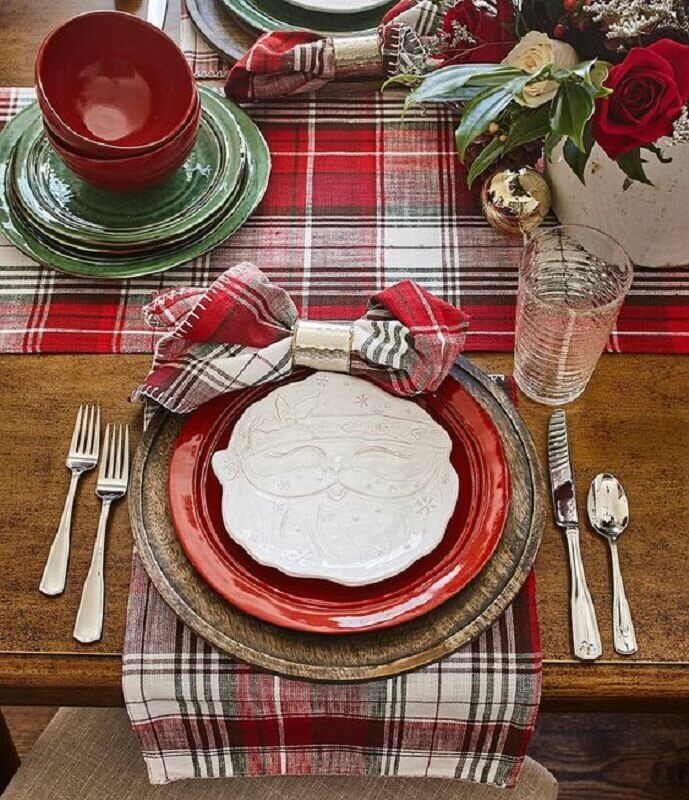 Christmas table ornament with Santa Claus plate for green and red table Foto Crate and Barrel