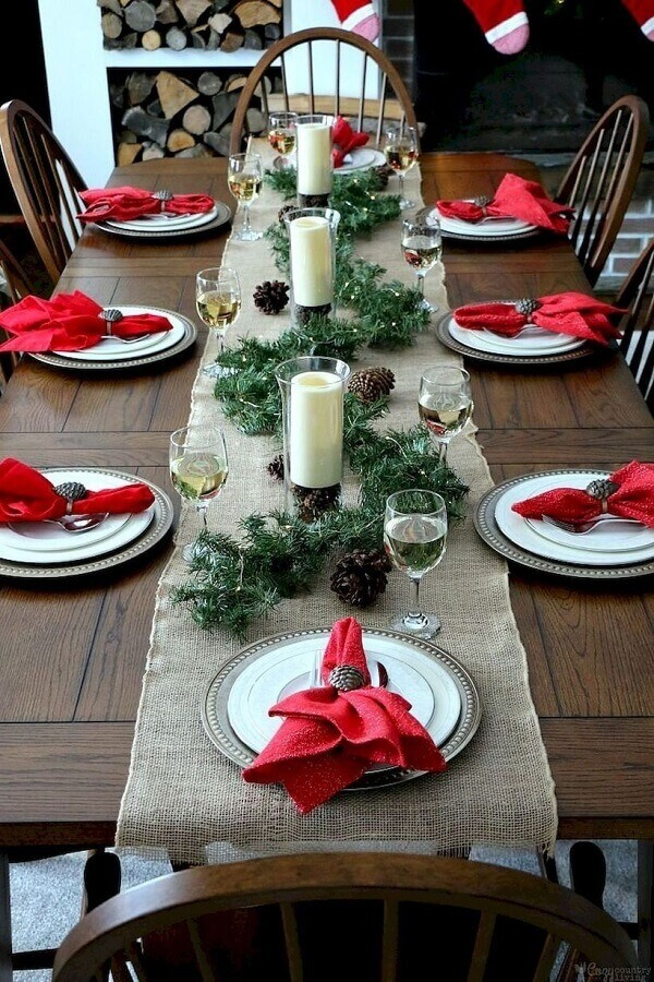 Christmas decorations for simple table with candles and pinecones Foto Pinterest