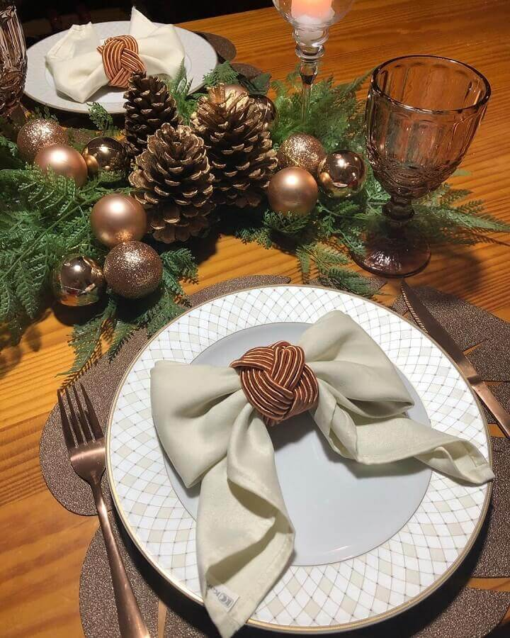 Christmas table ornament with pinecones and golden balls Photo Pinterest