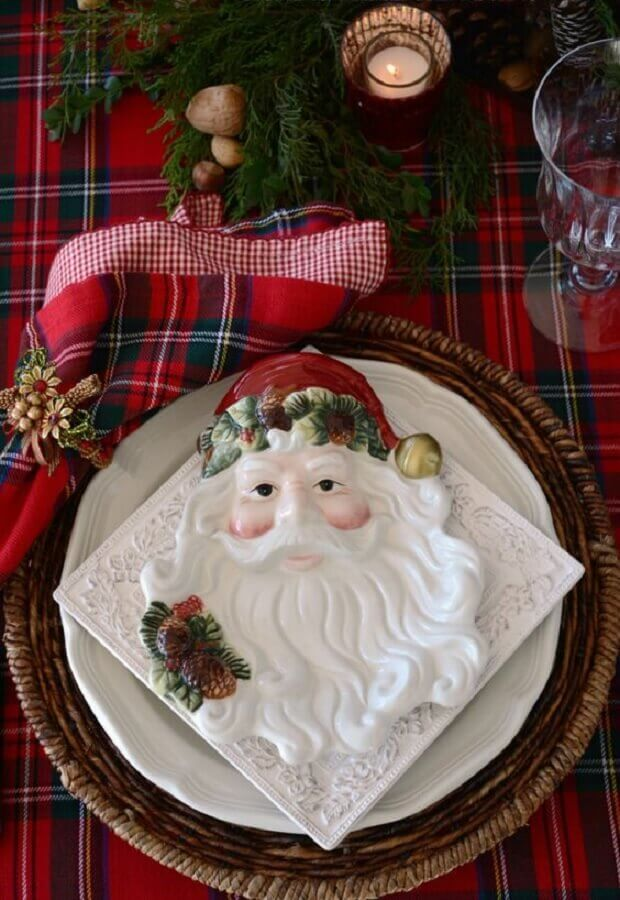 Christmas dining table decorated with Santa Claus plate and red checkered napkin Photo Pinterest