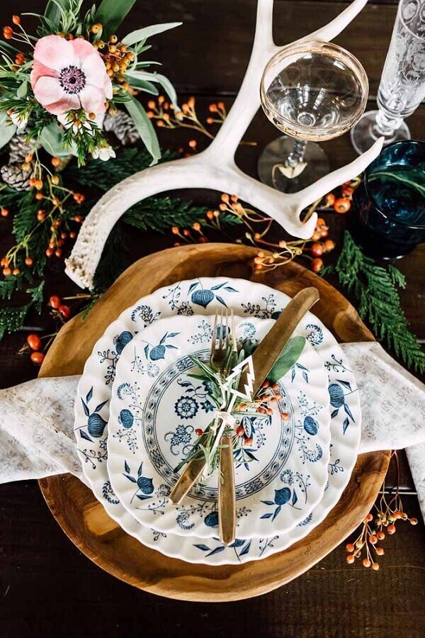 Christmas table decorated with flowers and gold cutlery Photo Pinterest
