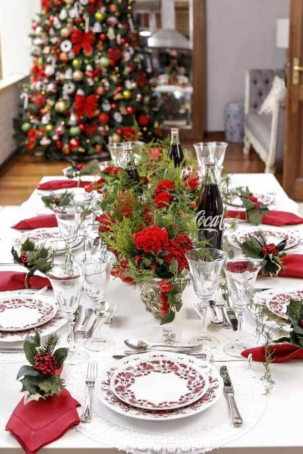 simple christmas table with flowers and red napkin Photo Vamos Receber