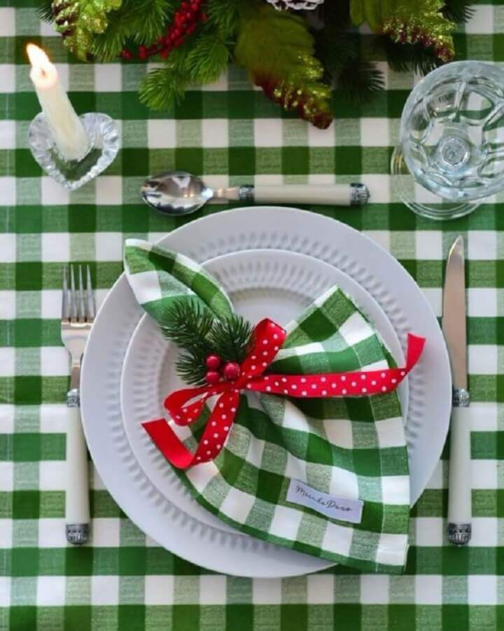 Christmas table runner with green checkered tablecloth and napkin Photo iCasei