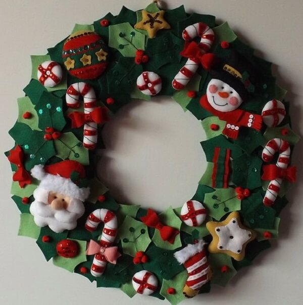 Christmas wreath made with details in felt