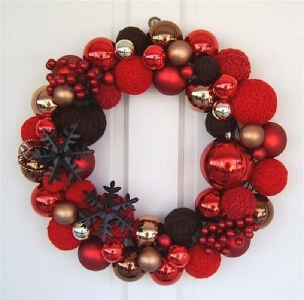 Christmas wreath in shades of red