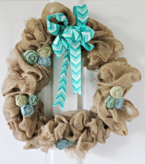 Christmas wreath with jute fabric, artificial flowers and printed ribbon bow