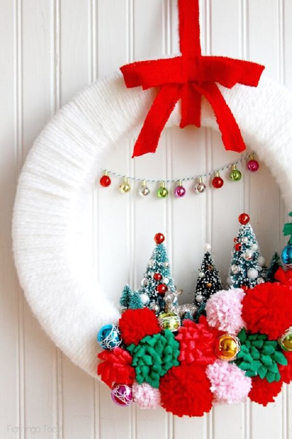Simple and delicate Christmas wreath in shades of red and white