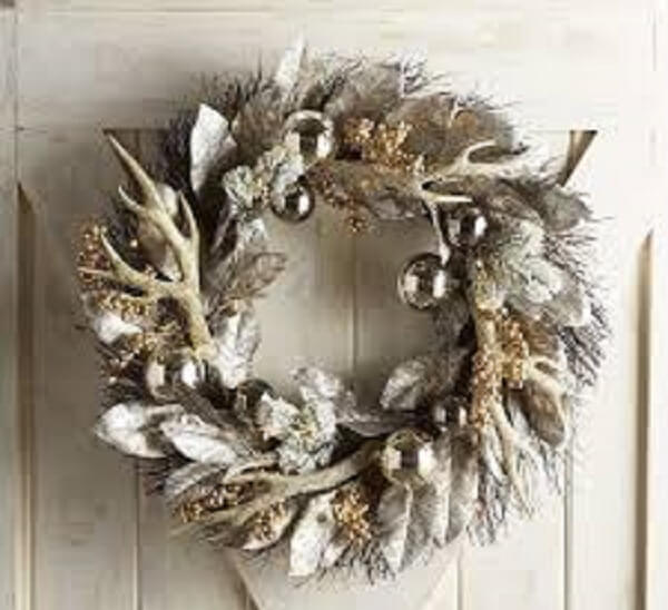 Simple and delicate Christmas wreath