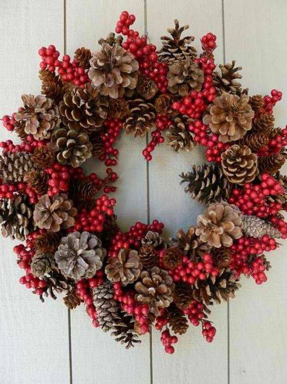 Christmas wreath with pinecones and red details diy