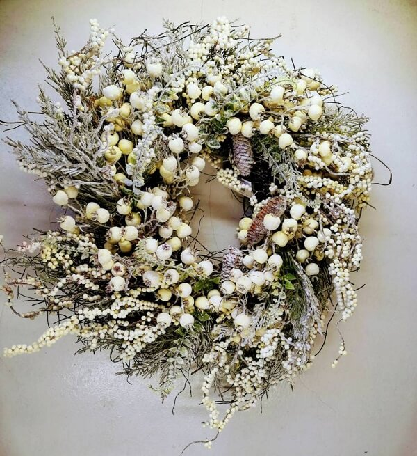 Christmas wreath with delicate and simple design