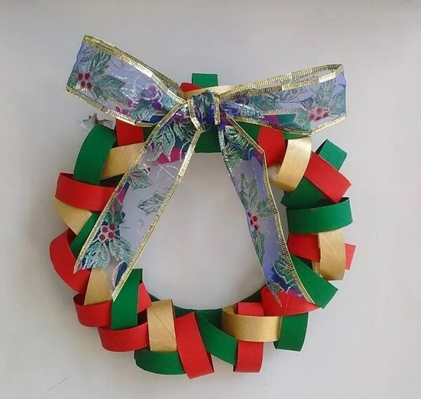 Materials that would be discarded become a beautiful Christmas wreath