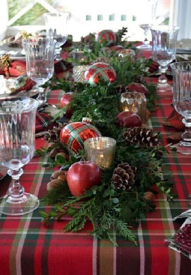 Christmas arrangements for table with pinecones red balls and foliage Photo Pinterest