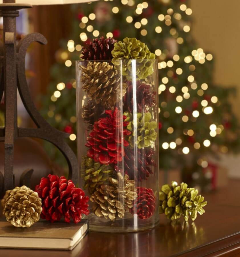 Christmas arrangement with pinecones and glass vase Photo Artesanato Magazine
