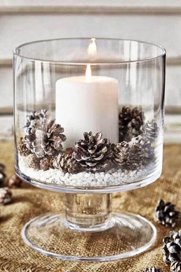 Christmas arrangement with pinecones and candle for glass vase Photo Eu Capricho
