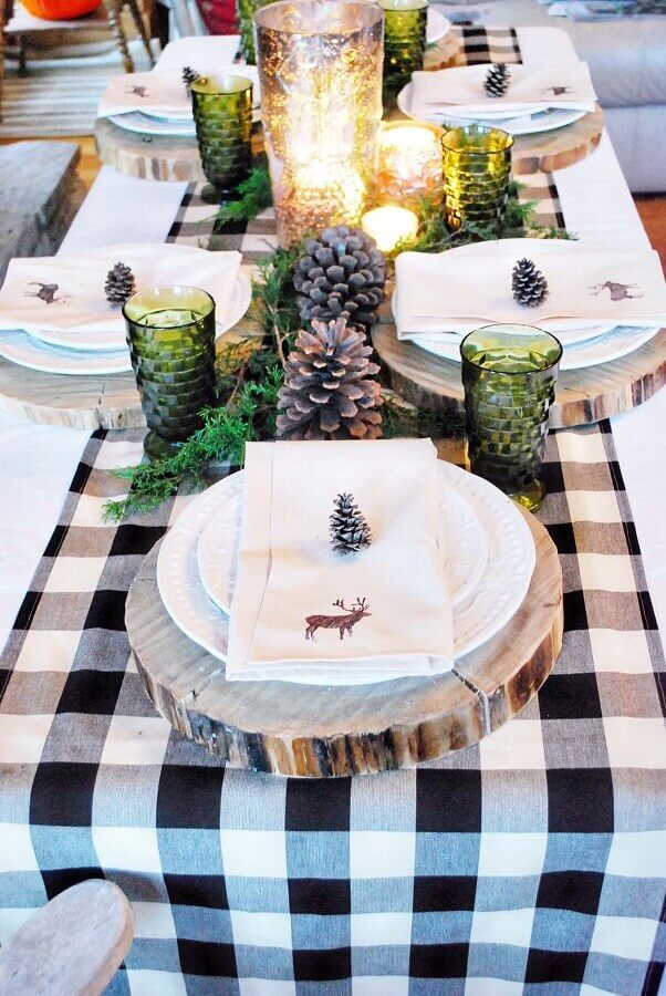 Christmas arrangements for table with pine cones checkered towel and wood cookie Photo Pinterest