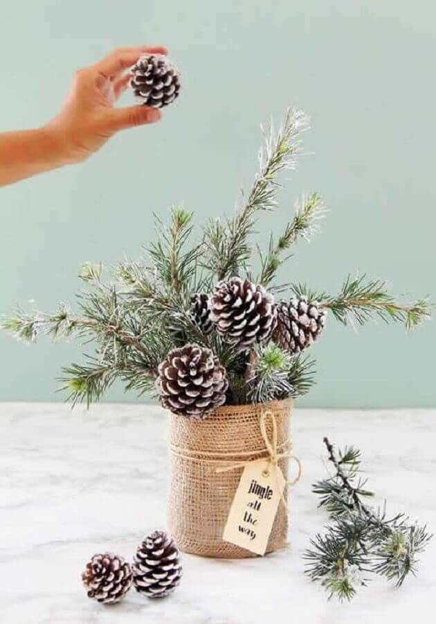 Christmas arrangement idea with pinecones Photo How to Make at Home