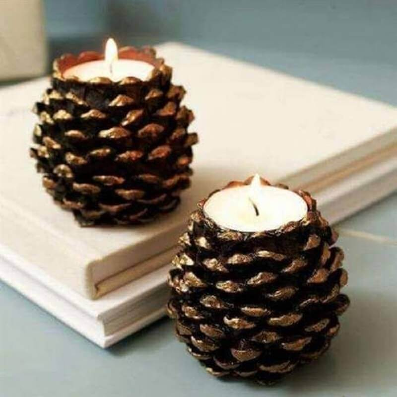 Christmas pinecone decorated with candles Photo Artesanatop