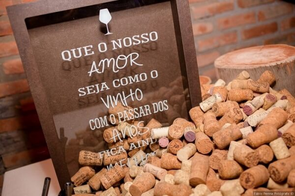 """Wedding plaquinhas with the phrase """"May our love be with wine as the years go by it gets even better"""""""