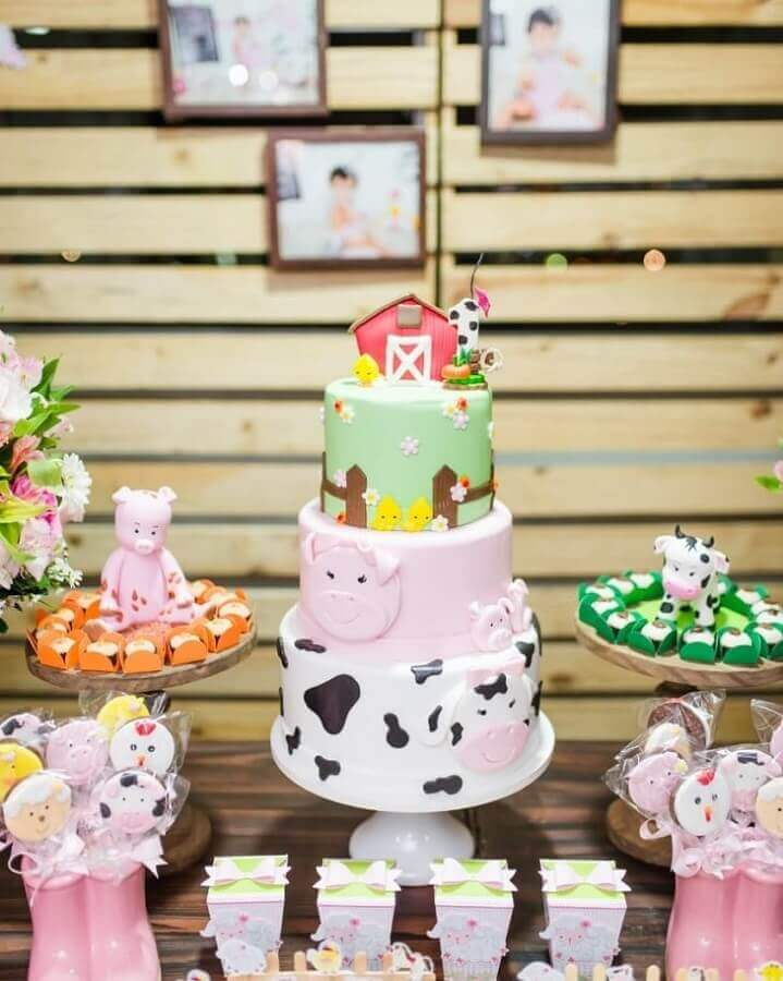 3 story cake decorated with american paste for little farm party Photo Lary Decore