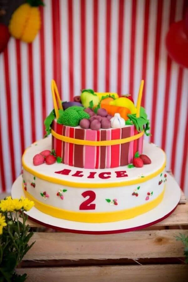 Cake decorated with fruit of american paste for party of fazendinha Foto Ideias de Festas