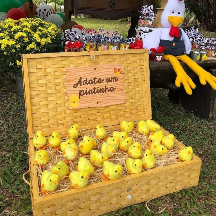 Wooden box with chick-shaped candies for farmhouse party Children's Party Photo Liliane Macedo