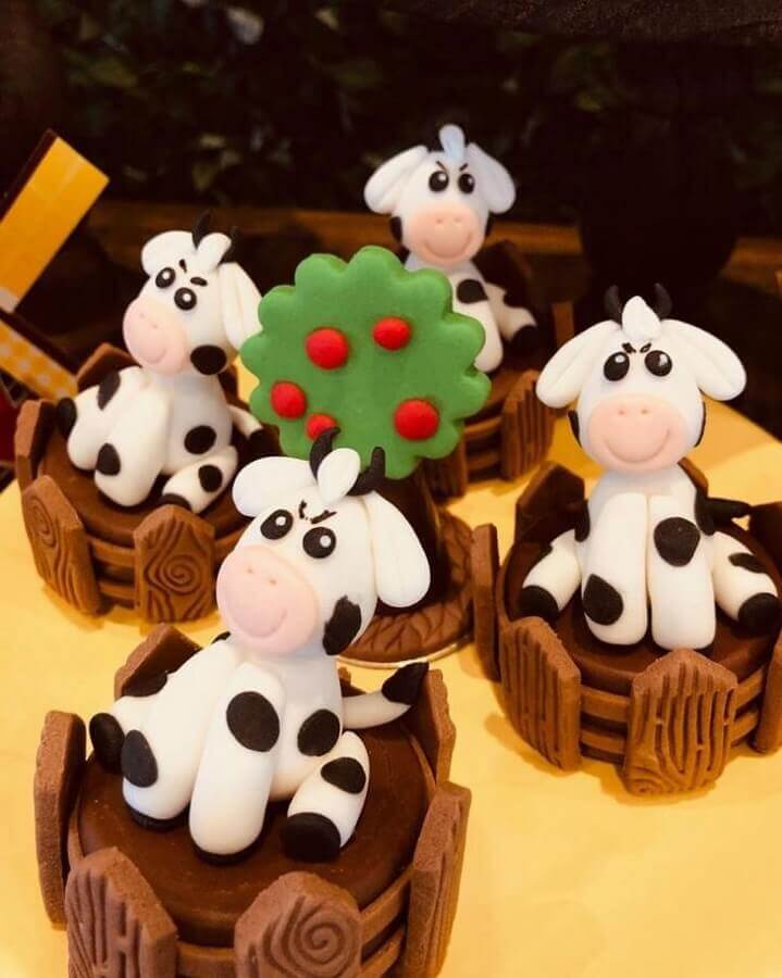 cakes and sweets decorated with American butter for children's parties Photo Anju Bolos e Doces
