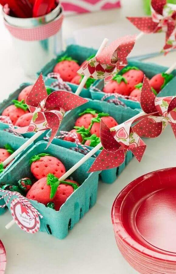 Strawberry-shaped cupcakes for farmhouse party Photo Pinterest