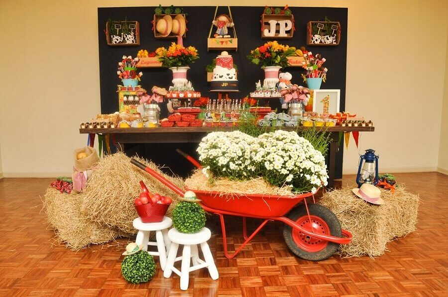 little farmhouse party decorated with straw Photo Blog Finding Ideas