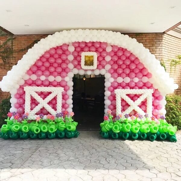 The pink barn entrance made in bladders makes the party even more special farmhouse
