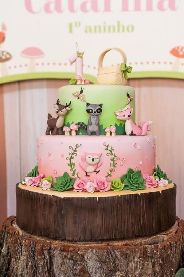 Enchanted garden cake with wooden and animal look Photo Constance Zahn